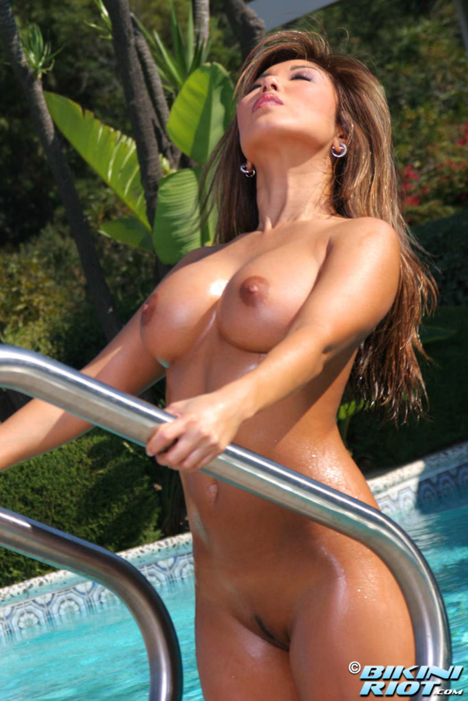 krasivie-devushki-v-bikini-i-golie